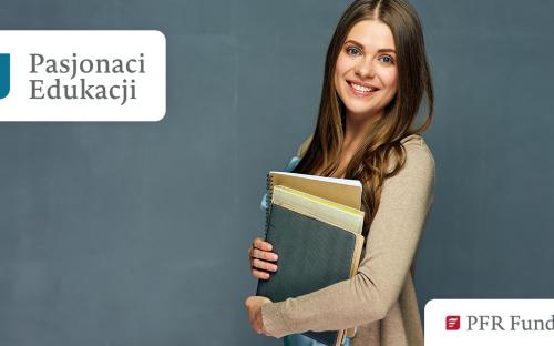 Uśmiechnięta dziewczyna, która trzyma książki. Logo Pasjonaci Edukacji i logo PFR Fubdacja.